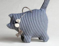 Weight the bottom and this would be the cutest door stop! Sewing Toys, Sewing Crafts, Sewing Projects, Fabric Toys, Fabric Crafts, Stuffed Animals, Pin Cushions, Pillows, Felt Cat