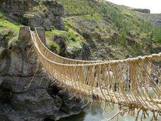 Ponte Q'eswachaka, Peru. Os incas possuíam um incrível sistema de estradas e pontes para atravessar os Andes. Mas isso no tempo deles. Hoje, uma ponte feita com cordas utilizando apenas materiais naturais do local a mais de 60 metros de altura não parece uma boa ideia.  Fotografia: Reprodução.