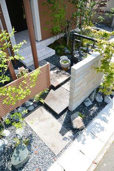 平板石のアプローチ ◇お庭の実例 - 福山市の外構、エクステリア、庭のデザインと施工なら。ロケーションのある暮らしを。そらやLandscape Entry Doors, Entrance, Japan Garden, Urban Design, Landscape Design, Bess, Terrace, Natural, Home And Garden