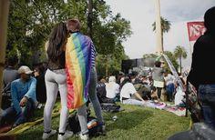 Desarrollo Social participó de la XXII Marcha del Orgullo LGBTIQ Lo hizo a través de la Coordinación de Diversidad Sexual. Durante la jornada, de la que participaron más de 200 mil personas, se le entregó una distinción a la directora de Políticas para Adultos Mayores, Mónica Roqué.