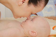 Abordagem Pikler-Lóczy, desenvolvida por pediatra húngara, se baseia na relação de confiança e interação entre cuidador e bebê.