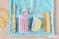 Einen Kulturbeutel aus einem alten Handtuch können auch Anfänger einfach und schnell selber nähen - praktisch und plastikfrei. Diy Clothes, Lily Pulitzer, Upcycle, Kids Rugs, Gifts, Jeans, Home Decor, Zero Waste, Baby
