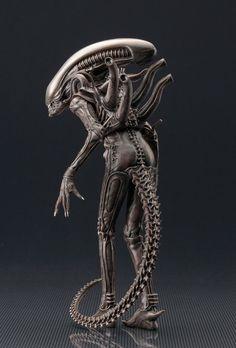 The ARTFX+ Statue format has been providing collectors with high quality, medium scale figures with top notch scu Arte Alien, Alien Art, Xenomorph Costume, Anime Studio, Hr Giger Art, Giger Alien, Alien 1979, Alien Isolation, Predator Alien