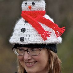 Free Crochet Pattern for the Light Me Up Snowman Hat! A fun, fast and easy festive Snowman hat perfect for anyone in the family! Crochet Hexagon Blanket, Crochet Cowl Free Pattern, Free Crochet, Crochet Patterns, Crochet Ideas, Crochet Baby, Ribbed Crochet, Crochet Beanie, Crochet Poncho