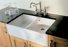Farmhouse sinks are some of the the most popular kitchen sink styles readily available today. Copper farmhouse sinks are definitely the most traditional type of farmhouse sink. A farmhouse kitchen sink is quite a bit larger than your regular kitchen sink. Country Kitchen Sink, White Farmhouse Sink, Copper Farmhouse Sinks, Farmhouse Style Kitchen, Farmers Sink Kitchen, Modern Farmhouse, Farmhouse Decor, White Sink, Farmhouse Kitchens