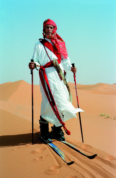 DAYS OF SAND, THE SAHARA DESERT, MOROCCO, 2002, COURTESY GALERIE MICHAEL HOPPEN, LONDRES © Tim Walker