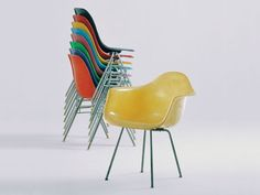 Charles & Ray Eames - Known for the Eaimes Lounge Chair and ottoman. Eames Furniture, Eames Chairs, Furniture Design, Desk Chairs, Lounge Chairs, Side Chairs, Vitra Design Museum, Charles Eames, Grey Desk Chair