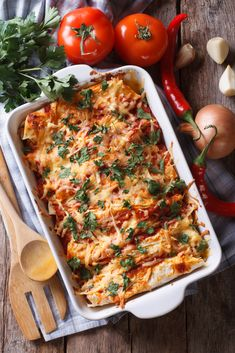 Enchiladas with minced meat filling - Looking for a tasty and simple recipe with wraps? Then go for these enchiladas! Enchiladas with min - Vegetarian Enchilada Casserole, Dinner Casserole Recipes, Vegetarian Enchiladas, Chicken Enchilada Casserole, Chicken Enchiladas, Dinner Recipes, Enchilada Sauce, Recipe Using Leftover Chicken, Crock Pot Recipes