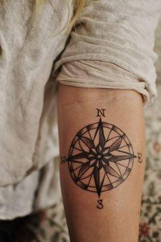 Tatuagem de Rosa dos Ventos no braço