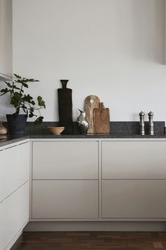 See the latest kitchen inspiration for 2020 - Nordic cuisine, Modern gray frame kitchen from Nordic Kitchen with smooth doors. Customized and painted in a gray color, designed and built by us in Gothenburg. Nordic Kitchen, Scandinavian Kitchen, Home Decor Kitchen, Kitchen Interior, Home Interior Design, Interior Decorating, Scandinavian Design, Kitchen Modern, Minimalist Kitchen