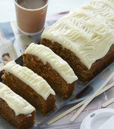 Gulerodskage med ostecreme er en dejlig saftig og snasket kage med masser af lækre krydderier, der giver en fantastisk smag.