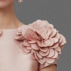 Marchesa Pre-Fall 2016 Fashion Show Beautiful shoulder detail Más The post Marchesa Pre-Fall 2016 Fashion Show appeared first on Do It Yourself Diyjewel. Style Couture, Couture Details, Fashion Details, Couture Fashion, Fashion Show, Fashion Design, Fashion Today, Style Fashion, Gypsy Fashion