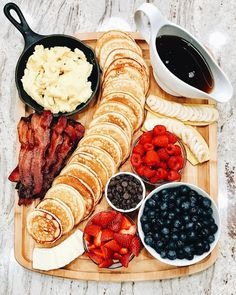 Pancake Board a creative way to serve breakfast brunch or brinner! Pancake Board a creative way to serve breakfast brunch or brinner! The post Pancake Board a creative way to serve breakfast brunch or brinner! appeared first on Geburtstag ideen. Le Diner, Diner Food, Brunch Recipes, Brunch Ideas, Cute Breakfast Ideas, Pancake Recipes, Pancake Ideas, Romantic Breakfast, Party Recipes