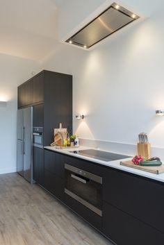 Van keuken naar open woonkeuken. Prachtige moderne design keuken op maat gemaakt door Keukenmeyt. Apparatuur is van Miele. Houten keuke in geborsteld eiken met composieten aanrechtblad met marmer motief #keuken #keukenmeyt #woonkeuken #leefkeuken #houtenkeuken Glass Boxes, Black Kitchens, Double Vanity, Home Accessories, Kitchen Island, Sweet Home, New Homes, Interior Design, Inspiration