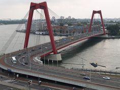 De rode Willemsbrug in Rotterdam is één van de vele typerende bruggen in de Maasstad.