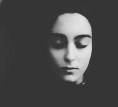 """NUESTRAS PUBLICACIONES: De versos y sombras, por Ancrugon   """"De versos y sombras. Antología del pasado"""" es una colección de poemas escritos en mis años jóvenes y que descansaban en el baúl del tiempo a la espera de ser rescatados. Tratan de diversos aspectos de mis sentimientos e inquietudes, pero, sobre todo, de la nostalgia de un amor que siempre me ha sido, en cierta forma, esquivo. Para esta pequeña antología los he dividido en seis partes, tal y como estaban desde el principio: Prólogo…"""