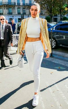 Gigi Hadid at Balmain - Paris Fashion Week - 12 Gigi Hadid Looks, Bella Gigi Hadid, Bella Hadid Style, Style Outfits, Cute Outfits, Star Fashion, Look Fashion, Street Fashion, White Fashion