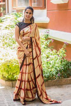 Buy readymade blouse online shopping india has got variety of blouse designs, designer blouses, ready to wear saree blouses. Beautiful Blouses, Beautiful Saree, Indian Dresses, Indian Outfits, Modern Saree, Simple Sarees, Satin Saree, Fancy Sarees, Trendy Sarees