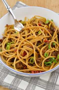 Slimming Eats Chilli Beef Noodles - gluten free, dairy free, paleo, Slimming World and Weight Watchers friendly Easy Healthy Recipes, Veggie Recipes, Lunch Recipes, Asian Recipes, Cooking Recipes, Ethnic Recipes, Batch Cooking, Oven Recipes, Ww Recipes