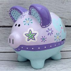 Alcancía personalizada jardín zoológico de la mano pintado Pig Bank, Personalized Piggy Bank, We Go Together, Flying Pig, Hand Painted Ceramics, Ceramic Painting, Vintage Wood, School Projects, Creative Inspiration