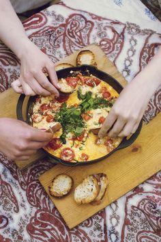 Grillissä valmistuu ihanan syntinen dippi. Paahdetut leivät ja juusto-tomaattidippi maistuvat yhdessä ihan pizzalle! Vegan Breakfast Recipes, Vegan Recipes Easy, Vegetarian Recipes, Cooking Recipes, Just Eat It, Daily Bread, Vegetable Pizza, Tapas, Delish