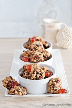 ½ cup rolled oats ½ cup almond meal ¾ cup applesauce ¼ cup banana (mashed) ½ cup peanut butter 1 tsp cinnamon 1 tsp ginger (powdered) 1 tsp pure vanilla extract 3 tbsp raisins 3 tbsp cranberries 3 tbsp shredded coconut Pinch of salt 1 tbsp brown sugar 1/2 cup chocolate chips