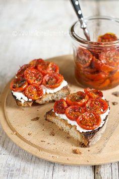 Crostoni con ricotta e pomodorini confit