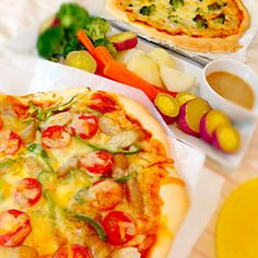 今夜は、冷蔵庫の残り物で ピザ二種類と温野菜サラダです(*^^*) - 118件のもぐもぐ - ピザと温野菜サラダ by Donmama