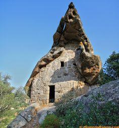 Un oriu : abri sous roche troglodyte dont les origines remontent à la préhistoire