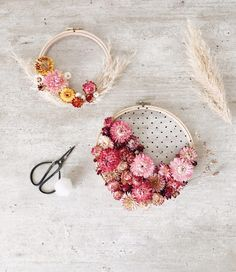 Poetic and easy DIY: embroidery drum, tulle and dried flowers – Zess. DIY Poetic and easy DIY: embroidery drum, tulle and dried flowers – Zess. Toilet Paper Flowers, Paper Flowers Diy, Diy Fleur, Diy Broderie, Fleurs Diy, Diy Projects For Beginners, Floral Hoops, Deco Floral, Diy Embroidery