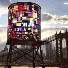 WaterTower, una instalacion del artista  Tom Fruin.
