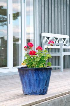 min friggebod, my summerhouse, blå kruka, grå träfasad