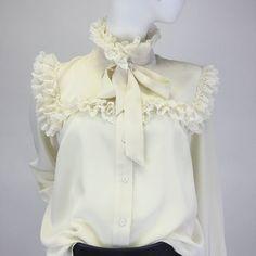 Утонченная блуза в викторианском стиле, создана из шелкового шифона цвета топленого молока. Высокий воротник и фигурная кокетка, обрамлены хлопковым кружевом в тон. Съемный бант усиливает романтизм этого наряда. Такая блуза прекрасно сочетается как с классическими брюками, так и с джинсами, юбкой-карандаш, кожаными легинсами. Она станет прекрасным дополнением к деловому костюму и внесет свежую ноту в строгий офисный стиль. Уверены, место женственности найдется всегда! #odivafashion