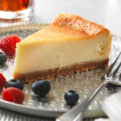Cheesecake Tradicional no forno Cheesecake Philadelphia, Baked Cheesecake Recipe, No Bake Cheesecake, Catalina Recipe, Desserts For A Crowd, Dessert Recipes, Cheesecake Tradicional, Just Pies, Cheesecake Recipes