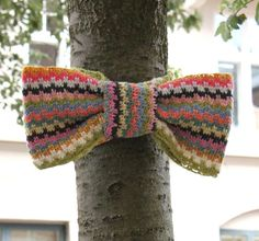 """Fabulous striped bow-tie for a tree! Original site is in Danish. """"Del 1"""" and """"Del 2"""" are links to photo tutorials showing how to make this, and are clear enough that you don't have to rely on Google Translate to make sense of them!"""