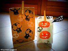 Faccio e Disfo: - potato stamped treat bags Potato Stamp, Halloween 2013, Treat Bags, Trick Or Treat, Paper Shopping Bag, Treats, Diys, Projects, Tutorials