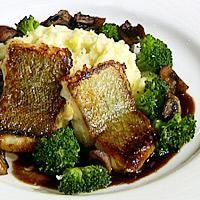 Stekt torsk servert med mandelpotet- og sellerimos, brokkoli, sjampinjong og balsamicosaus -
