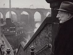 Laurence Stephen 'L.' Lowry contemplating Stockport, in Manchester Street, Manchester Uk, Manchester Landmarks, Salford, Great Photos, Old Photos, Spencer, English Artists, Looks Cool