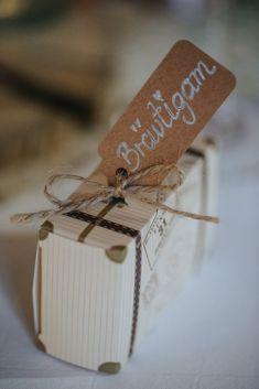 Hochzeit DIY Motto Reisen, Tischkarte, Namen, Koffer, Sitzplatz Place Cards, Place Card Holders, Inspiration, Wedding Bride, Logo Stamp, Biblical Inspiration, Inhalation, Motivation