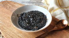 Conseguir la textura melosa y todo el sabor del chipirón es clave para este arroz negro meloso que nos trasladará a los mejores recuerdos de sabores de siempre Fruit, Recipes, Food, Recipes With Rice, Cooking, Black Rice, Aioli, Mussels, Diners