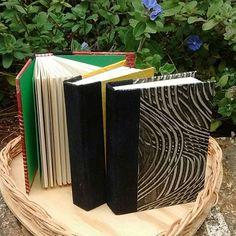 Um mimo, clássico! #encadernaçãomanual #meuslivrosartesanais #bookbinding #book #encadernação #encadernaçãoclássica #minibook #mywork #handmade #paperartist #bookartist #pastepaper #papieralacolle