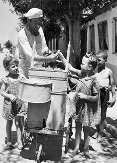 Buying ice cream, Salonika, 1946 Dimitris Harissiadis - from the Benaki Museum photoarchives. Greece Photography, History Of Photography, Old Photos, Vintage Photos, Old Greek, Greek History, Greek Culture, Athens Greece, Macedonia Greece