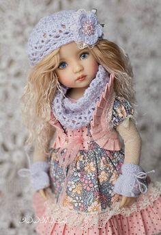 Outfit für Puppe 13(Liebling). Im Preis enthalten: Kleid, Rock, Weste, Höschen, Strümpfe, gestrickte Socken, Baskenmütze, Rundschal, Handschuhe, Stiefel. Die Puppe ist nicht zum Verkauf. Versand kann von 15-40 Tage nehmen, im Hinterkopf behalten. Ich bin glücklich, Ihre Fragen zu