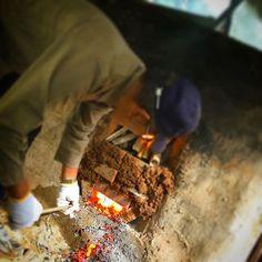 """【noronn】さんのInstagramをピンしています。 《【森から自給を考える。】 森の職人さんに知恵を訪ねて、竹林にある、土でできた""""炭焼き釜""""へ。 竹も杉も、資源は森にこんなに沢山ある◎  お皿も、 お箸も、 お椀も、 お米を炊く飯盒も、 ナタとノコギリだけでその場で作れてしまったし、なにより森のなかには食材があった。 """"自分で作れるものはつくる。"""" たった数十年くらい前までは、エネルギーの大半は、自分たちで作っていたんだな〜。 食べることも、着ることも、住むことも、誰かに任せてゆく社会で、 普通の""""暮らし""""のなかで自分できる手仕事が増えること。  無理なく、少しでも、生活や都市のなかに取り入れることができないか考えてみる。  #Niigata #Japan #新潟 #食 #エネルギー #sustainability #energy #food #林業 #農業 #農 #agriculture #craft #手作り #森  #職人 #like #instagram》"""
