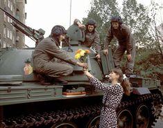 40. Jahrestag der DDR - Und Blümchen gab's auch für die zur Parade abkommandierten Soldaten.FOTO: IMAGO