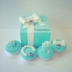 Tiffany&Co. Gift box cake and cupcakes - Cake by Iced Creations Tiffany Birthday Party, Tiffany Party, Tiffany Box, Tiffany And Co, Tiffany Theme, Azul Tiffany, Beautiful Cakes, Amazing Cakes, Tiffany Cupcakes