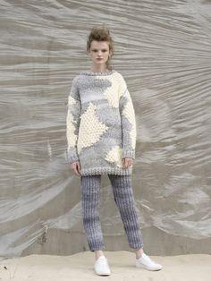 Lookbook aw2016 Anny Dudzińskiej - klasyczny sweter zestawiony z getrami dzierganymi ręcznie.