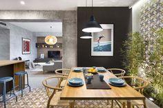 Apartamento de 75 m² encontra equilíbrio combinando madeira e concreto (Foto: VICUGO e Mauricio Fuertes)