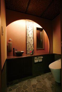 最近では洋風トイレがだいぶ主流になってきましたね。 でも、和も大切にしたいという方もとても多いかと思われます。 トイレはホッと出来るような場所にしたいと思いませんか? そこで和の良さを生かし落ち着ける空間にしてくれる和風トイレをご紹介します。 日本ならではの優美な雰囲気にあふれていますよ。