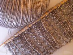 Dieses Lochmuster (Spitzenmuster) ist durch seine Längsstruktur besonders gut für Schals geeignet, es sieht von vorne und von hinten gleich gut aus.